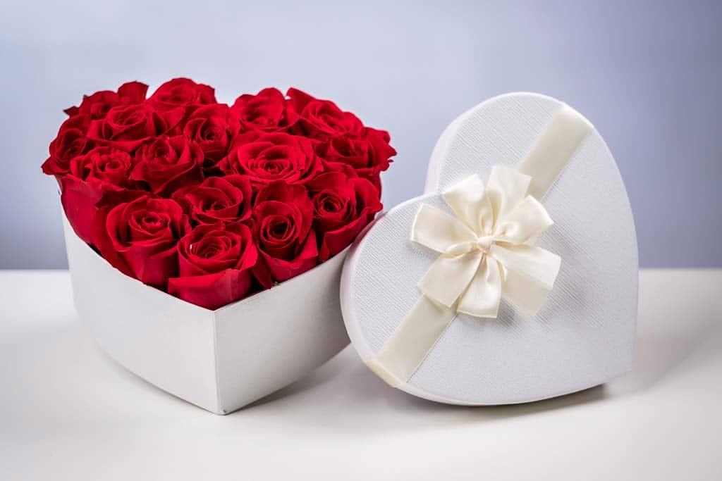 Scatole Cuore Con Rose Rosse